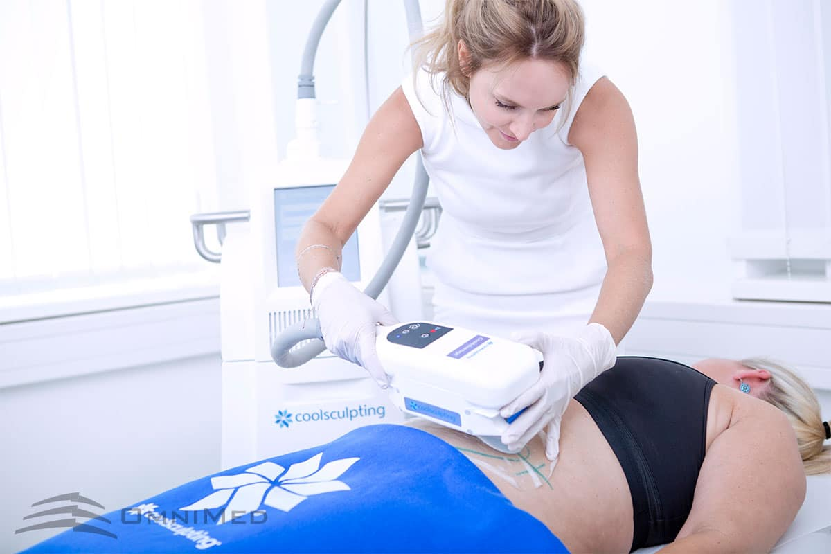 Coolsculpting: Fettreduktion durch Kälte am Bauch einer Frau durch Dr. Reichhart