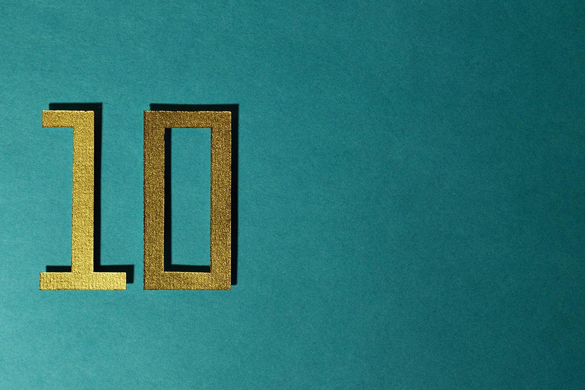 Goldene 10 auf türkisem Grund