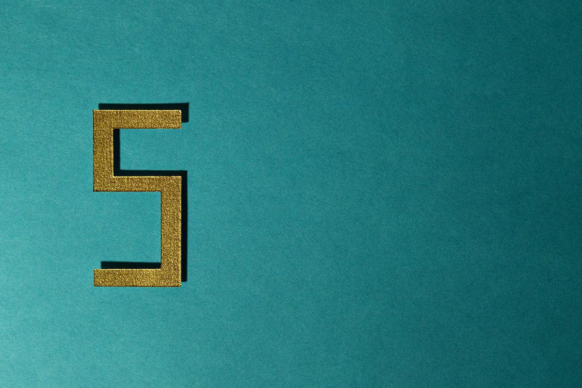 Goldene 5 auf türkisem Grund