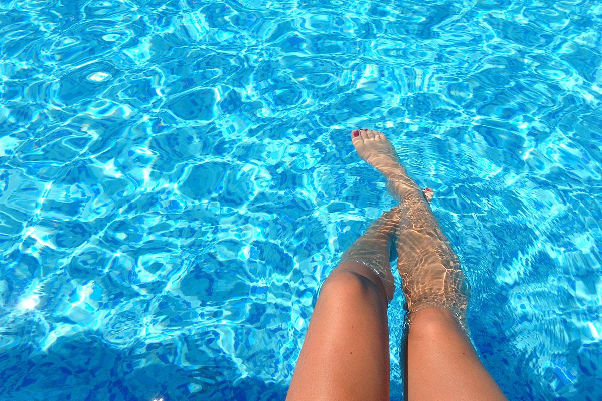 Schöne Beine am Pool