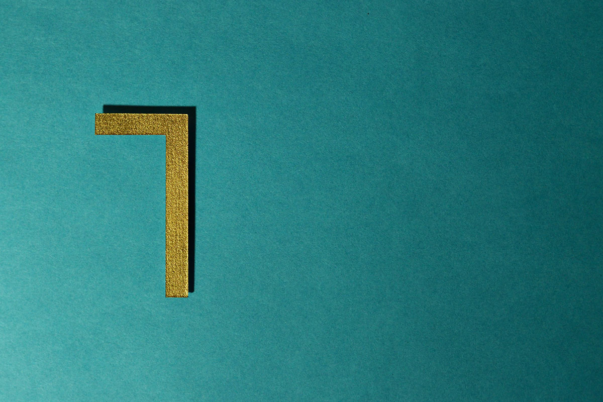 Goldene 7 auf türkisem Grund
